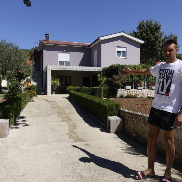 35-godišnji Bože Đerek pokazuje mjesto ispred svoje kuće gdje je parkirao svoga renaulta meganea, tik ispod prozora spavaće sobe