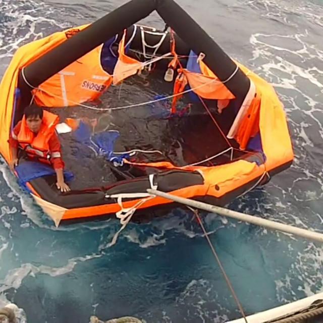 Japanska obalna straža spašava člana posade