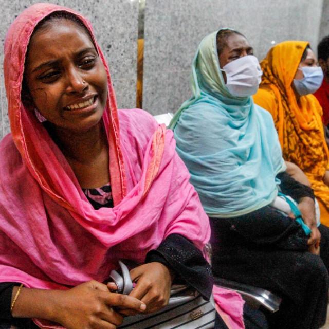 Rođaci umrlih plaču ispred bolnice