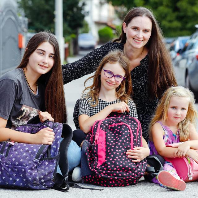 Majka Ojdana Rajić Azinović s djecom koja krecu u školu i vrtić