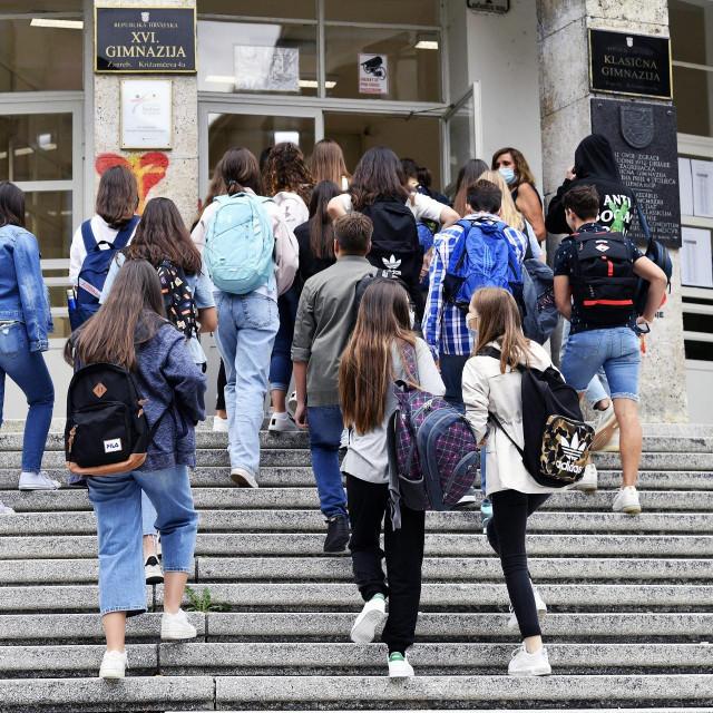 Učenici gimnazija u Križanićevoj ulici u Zagrebu ulaze u zgradu škole na prvi dan školske godine 2020/2021