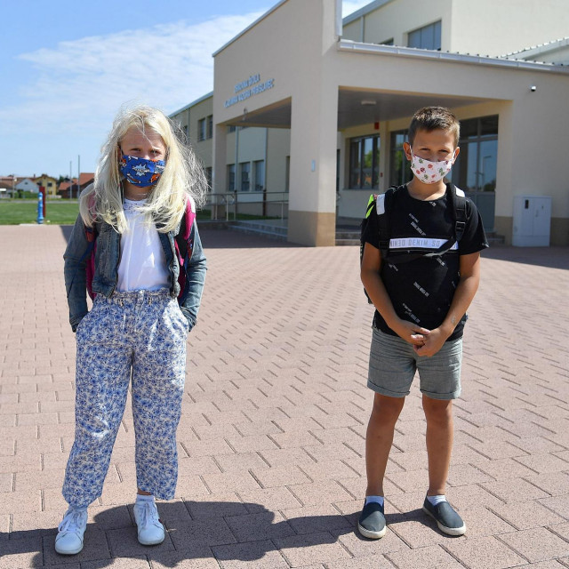 Nela i Tibor ispred nove škole