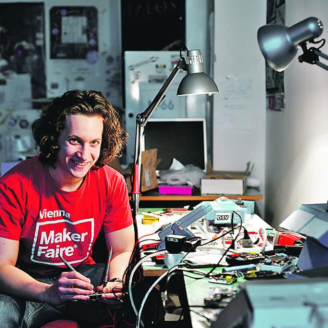 Albert Gajšak, koji je pokrenuo startup MAKERbuino, fotografiran u svojoj radionici gdje sklapa proizvode