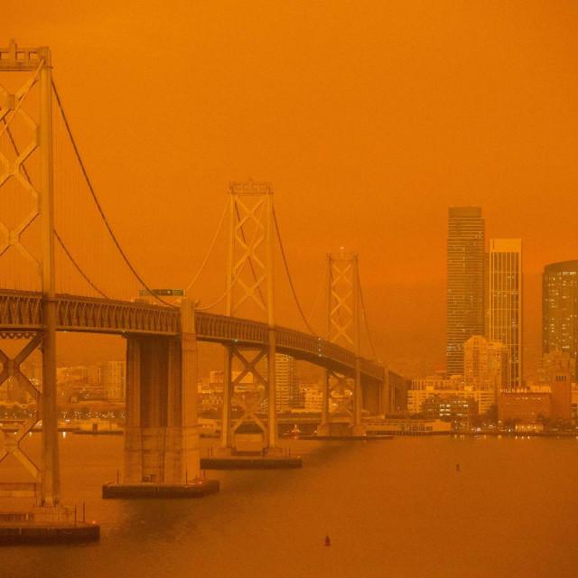 Prizori San Francisco Bay Bridega u dimu