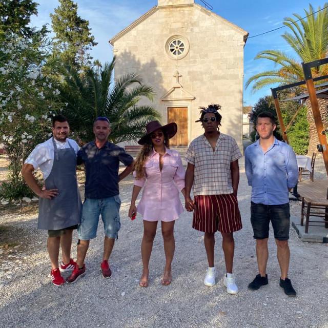 Glazbeni par s timom Vrnik Arts Cluba: Tomislav Marković, Stjepan Ćenan, Beyonce, Jay-Z i Petar Stanišić.