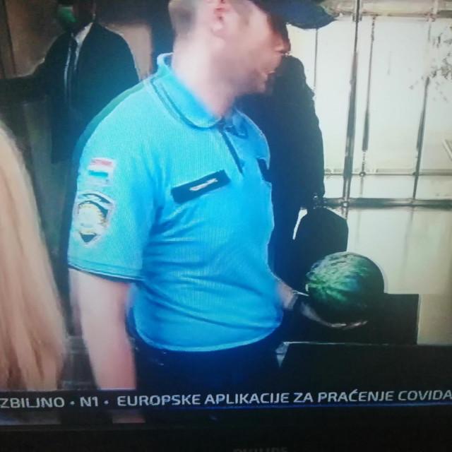 Vili Beroš prima lubenicu
