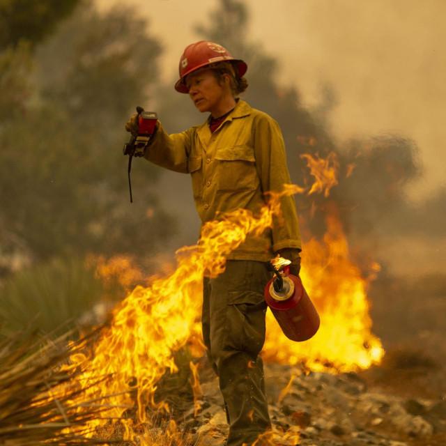 Vatrogaskinja postrojbe Mormon Lake Hotshots Sara Sweeney tijekom intervencije