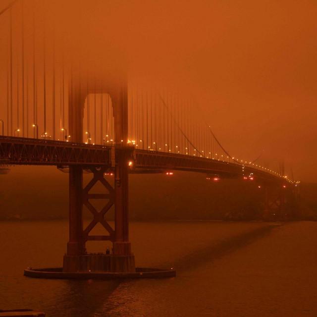 San Francisco, most Golden Gate, podne - dim je prekrio obje obale