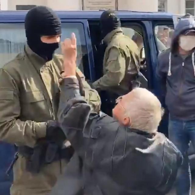 Baka se suprotstavlja policajcima