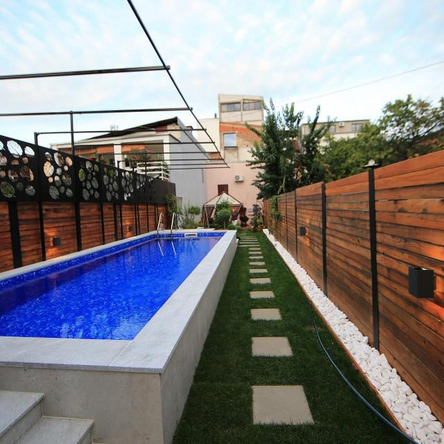 Dio dvorišta namijenjen je maksimalnoj relaksaciji i tu se nalazi bazen s cjelokupnom infrastrukturom, priča Loreta Huber