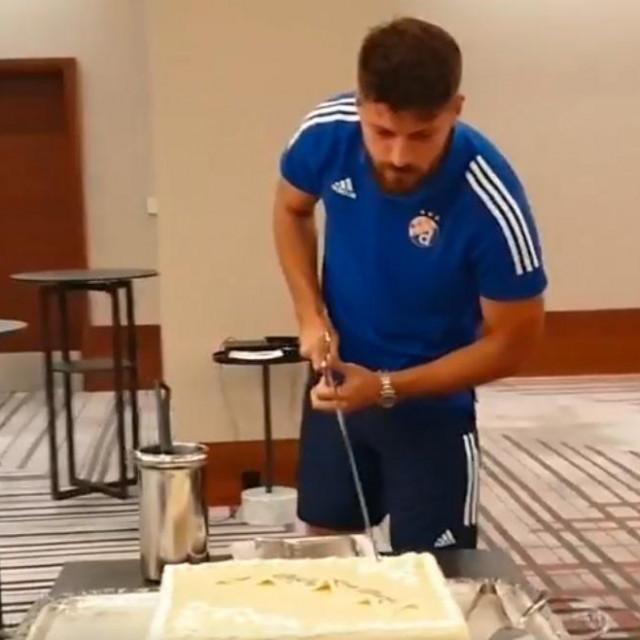Bruno Petković reže tortu