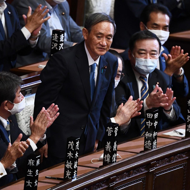 Yoshihide Suga (sredina) nakon glasanja u parlamentu