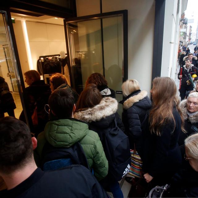 Kupci ispred trgovine Zara