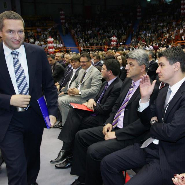 Dragan Kovačević prolazi pored tadašnjeg predsjednika SDP-a Zorana Milanovića (2008. godina)