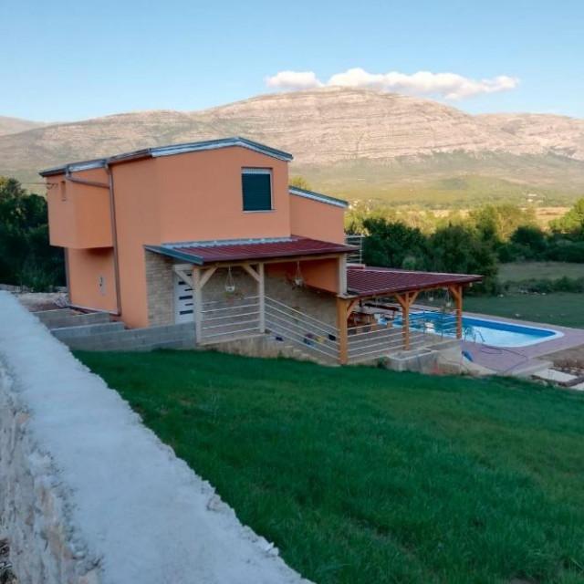 Vila uz izvor Cetine