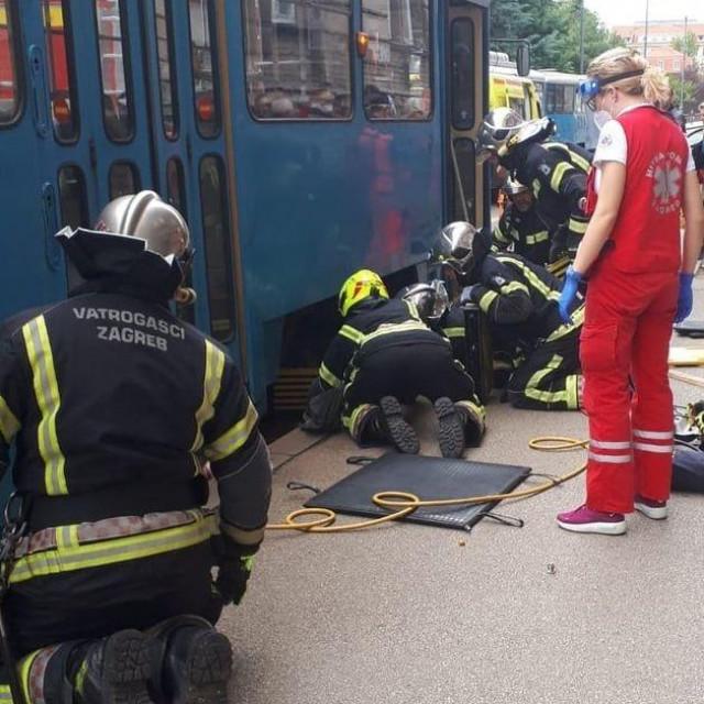 Spašavanje žene koja je podletila pod tramvaj
