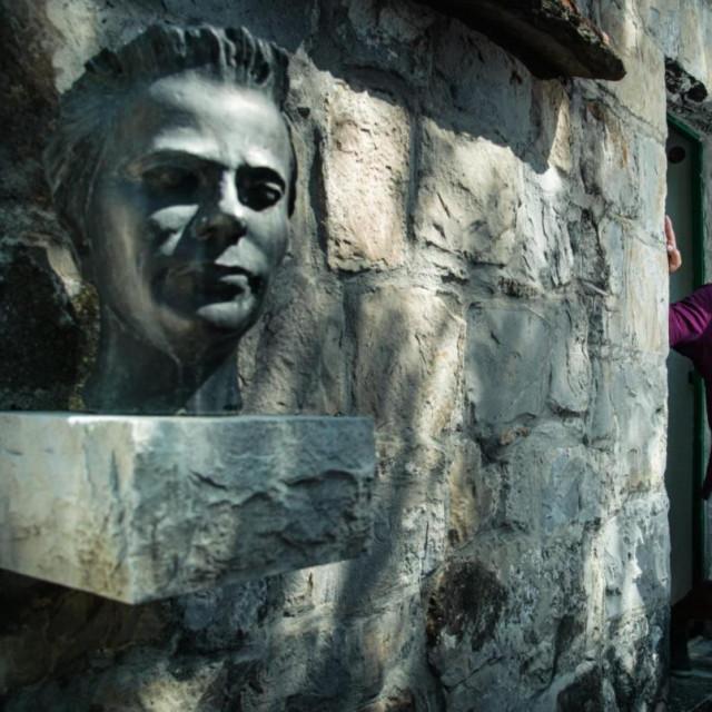 Pjesnikova bista i njegov nećak Ante Ćićo Pupačić na ulazu u muzej na Slimenu