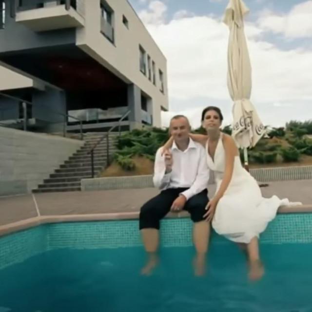 Vinko Grgić sa suprugom kod bazena svoje vile
