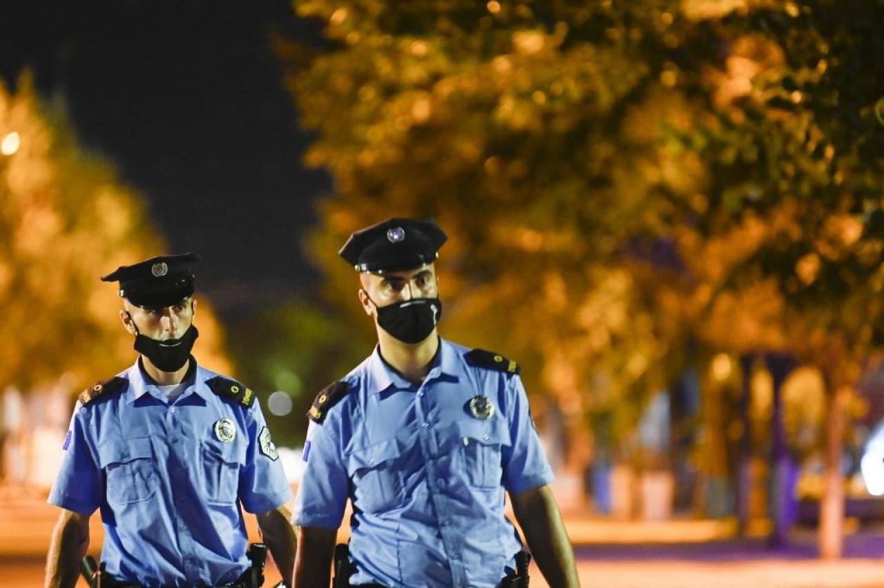 UNIŠTENO 12 ILEGALNIH KOCKARNICA! Akcija kakvu Kosovo ne pamti: Više stotina policajaca hapsilo kolege i prostitutke!
