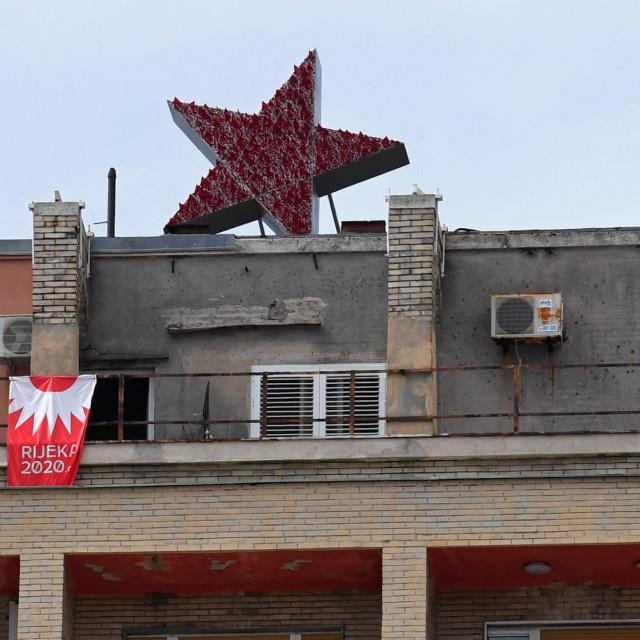 Crvena zvijezda petokraka postavljena na vrhu Riječkog nebodera.