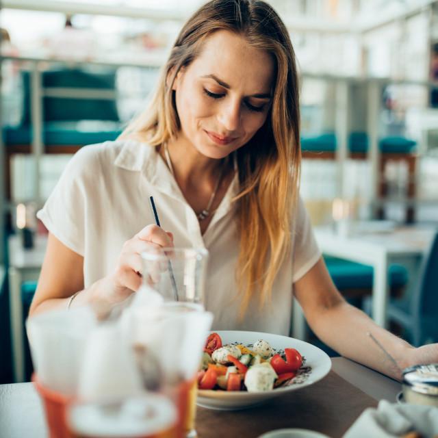 Ova dijeta u najvećoj mjeri uključuje voće, povrće, ribu, cjelovite žitarice, te maslinovo ulje. Pokazalo se da upravo razlike u omjerima i unosu određene hrane mogu znatno utjecati na zdravlje i smanjiti rizik od srčanih bolesti