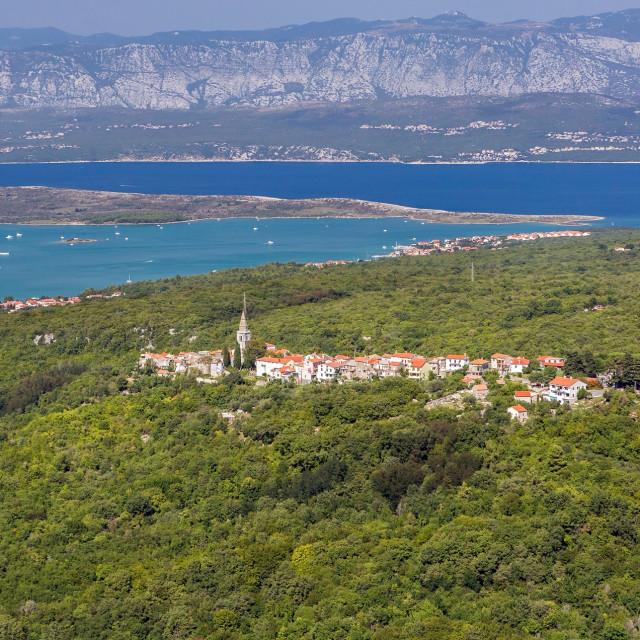 Iz Dobrinja se pruža fantastičan pogled na otočke uvale, kopno, Crikvenicu i Novi Vinodolski.