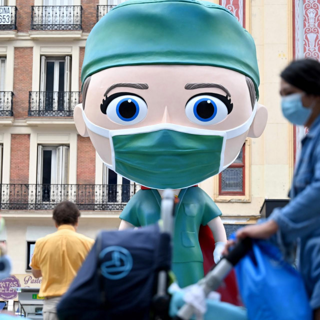 Lik zdravstvenog radnika na trgu u Madridu