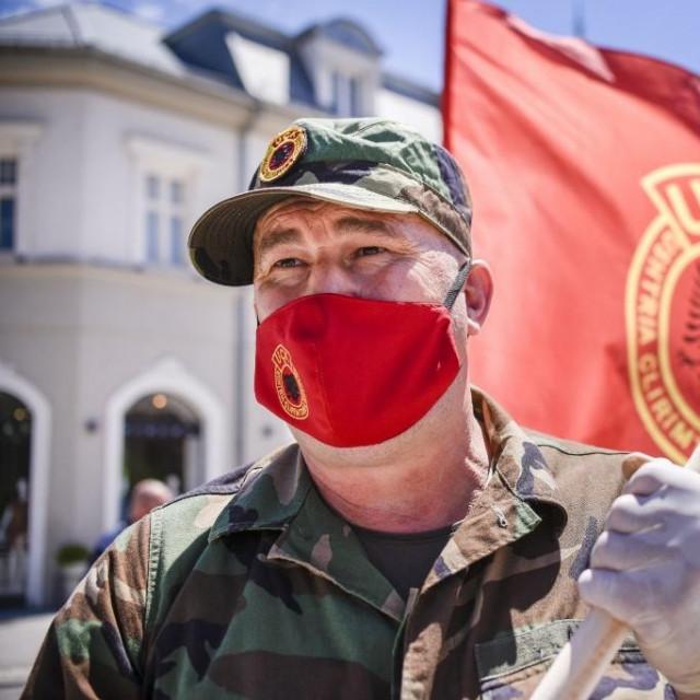 Veteran OVK tijekom prosvjeda u Prištini na kojem su okupljeni izrazili nezadovoljstvo zbog toga što su neki bivši članova OVK-a optuženi za ratne zločine