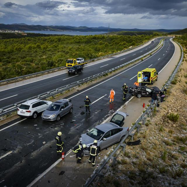 Zbog leda na cesti došlo je do sudara više vozila na autocesti A1, kod odmorišta Krka, između čvorova Šibenik i Skradin u smjeru Zagreba. Prema prvim informacijama, sudar se dogodio nešto prije 10 sati, a ozlijeđene su četiri osobe. U trenutku nesreće na tom području padala je tuča