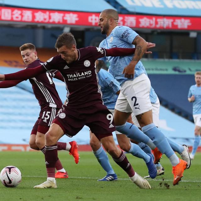 Kyle Walker ruši Jamiea Vardyja za prvi penal za Leicester