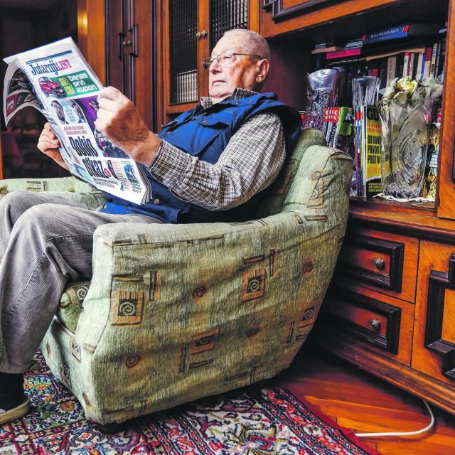 Josip Cvetković s novinama