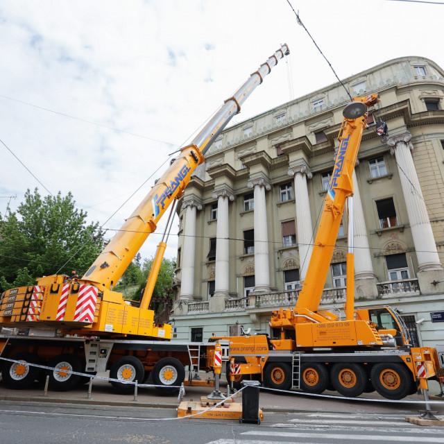 Dizalice saniraju stetu na zgradi u Vlaskoj ulici
