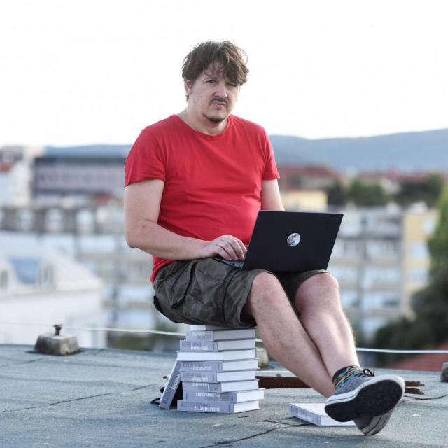 Nagraživani zadarski književnik Želimir Periš objavio je novu knjigu, roman Mladenka kostonoga u izdanju OceanMora.<br />