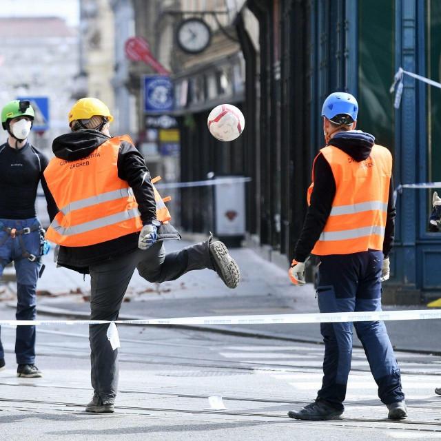 Radnici se igraju loptom