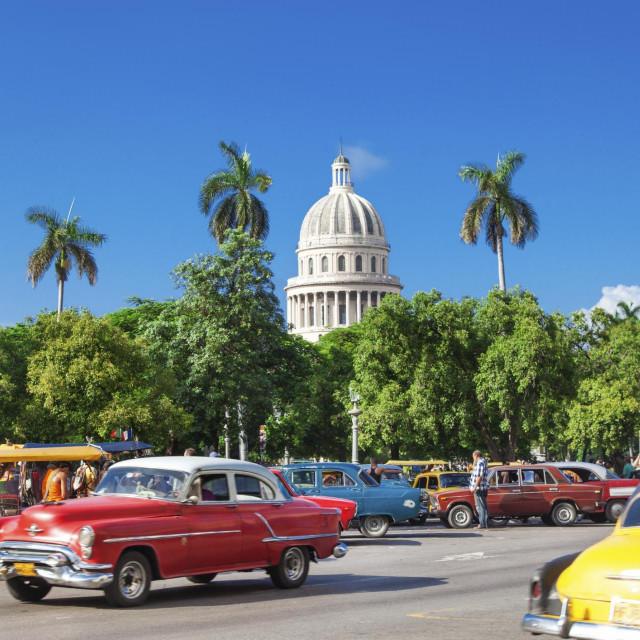 Centar Havane i prepoznatljivi šareni automobili iz 50-ih godina prošlog stoljeća.