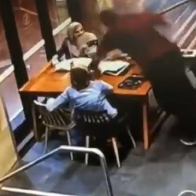 Kadar iz snimke napada koji je zabilježen sigurnosnim kamerama u kafiću u Sydneyju