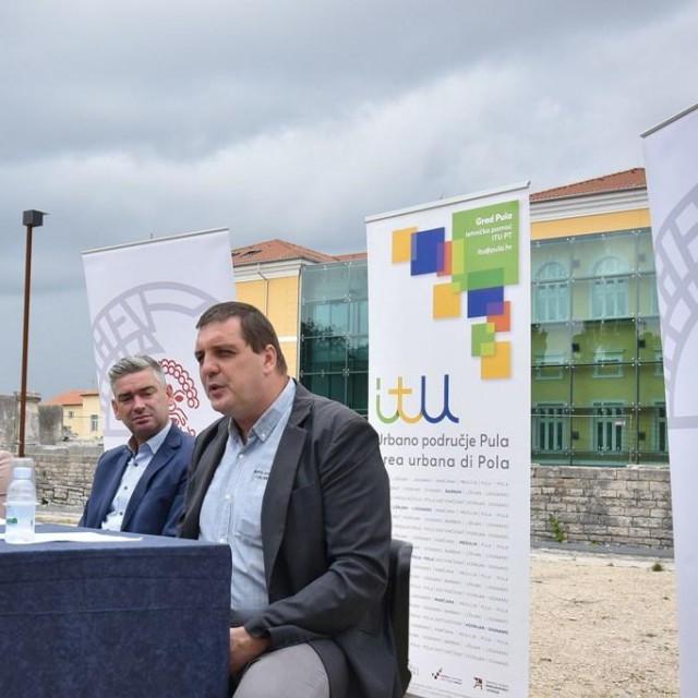 """Danas se na lokaciji u Malog rimskom kazališta u Puli održala prezentacija projekta """"KONZERVACIJA I REKONSTRUKCIJA MALOG RIMSKOG KAZALIŠTA"""".U okviru mehanizma integriranih teritorijalnih ulaganja Pula, u sklopu otvorenog poziva """"Revitalizacija kulturne baštine u urbanom području Pula"""", Arheološkom muzeju Istre odobren je za sufinanciranje projekt: """"Konzervacija i rekonstrukcija Malog rimskog kazališta - Pula"""", iz Europskog fonda za regionalni razvoj, u okviru Operativnog programa """"Konkurentnost i kohezija 2014.-2020."""", zajednicom grada Pule.<br /> Projekt je predstavio pulski gradonačelnik Boris Miletić, direktorica Turističke zajednice grada Pule, Sanja Cinkopan Korotaj i ravnatelj Arheološkog muzeja Istre, Darko Komšo."""
