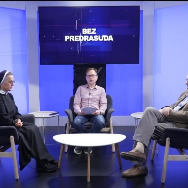 Blaženka s. Valentina Mandarić i Žarko Puhovski s voditeljem i urednikom Markom Špoljarom
