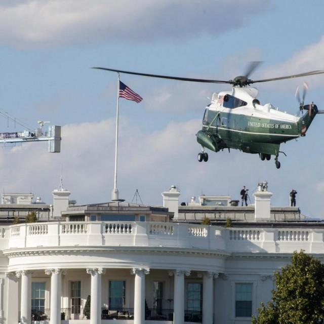 Predsjednički helikopter Marine One ispred Bijele kuće