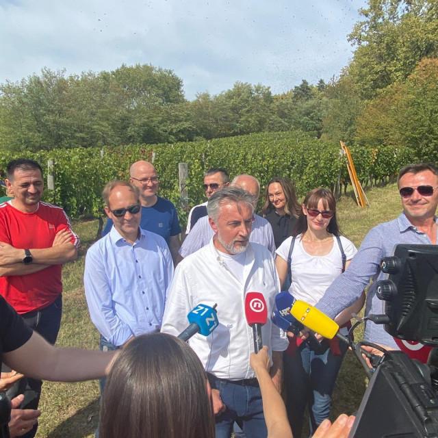 Miroslav Škoro u svojim vinogradima