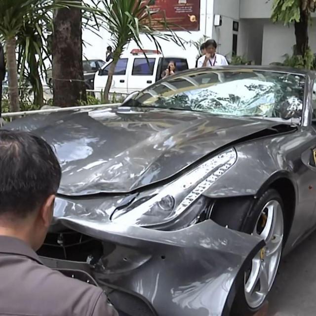 Prebrzo vozeći Ferrari, Boss je 2012. godine srušio policajca Wichiana Klanpraserta s motocikla, vukao ga stotinu metara i potom pobjegao s mjesta nesreće<br />