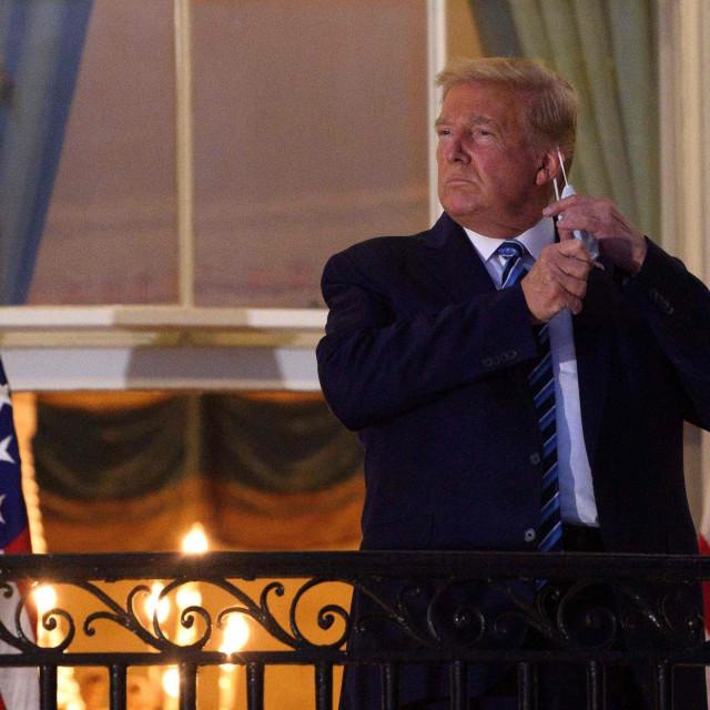 Trump skida masku