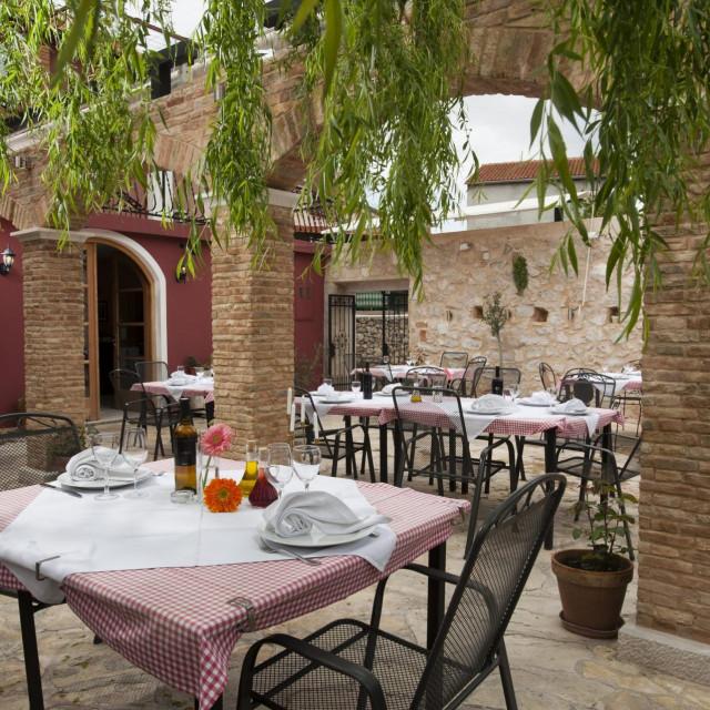 Skradin, 240412.<br /> Restoran Cantinetta u Skradinu.<br /> Vlasnik i gl.kuhar Tome Racunica.<br /> Na fotografiji: terasa restorana Cantinetta.<br />