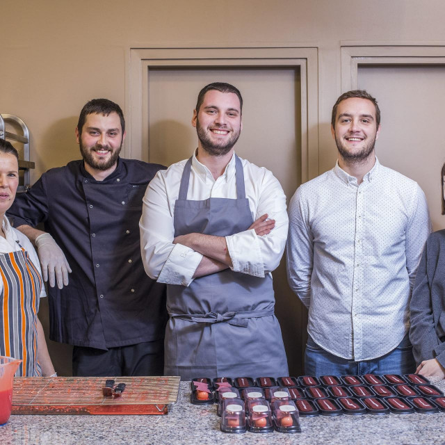 Na fotografiji: (S lijeva) Paula Santic, Kresimir Ivanagic, Robert Hromalic, slasticar i vlasnik, Martin Mijatovic, Vesna Umahovic.<br />