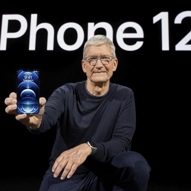 Tim Cook drži novi iPhone 12