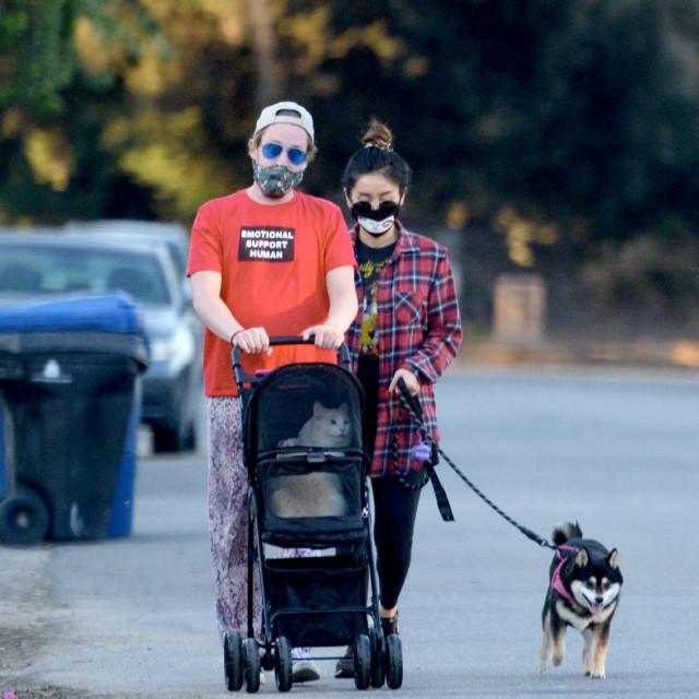 Macaulay Culkin i Brenda Song u šetnji s ljubimcima