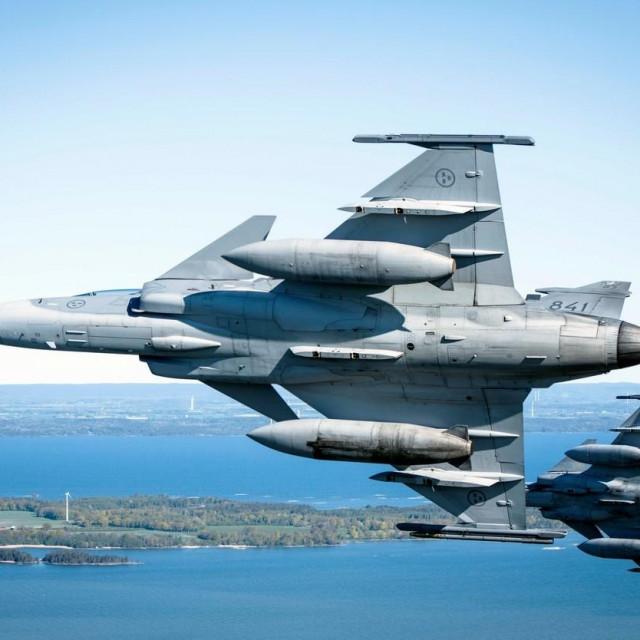švedski borbeni avion JAS 39 Gripen u letu