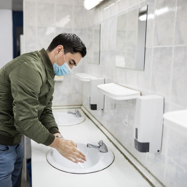 Treba li sušiti ruke nakon pranja?