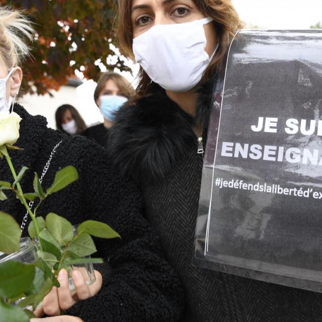 Prosvjednici pred mjestom napada nose natpis 'Ja sam učitelj'