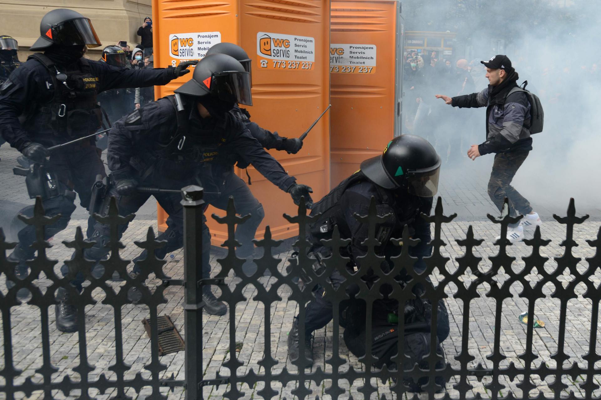 DOŠLO DO ŽESTOKOG OBRAČUNA! Pogledajte šokantne prizore iz Praga nakon najave novog lockdowna